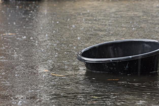 Villaggio di inondazioni. problema con il sistema di drenaggio. Foto Premium