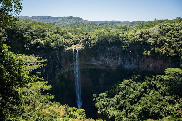 La cascata sfocia nel cratere del vulcano a mauritius. parco nazionale chamarel. Foto Premium
