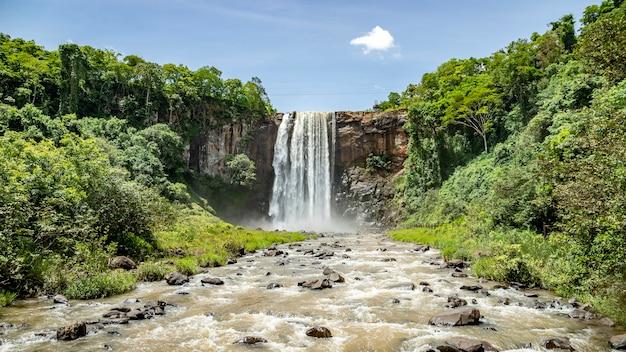 Cascata del parco naturale comunale salto do rio sucuriu in brasile Foto Premium