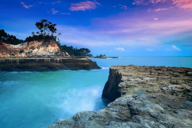 Paesaggi acquatici della spiaggia nel nord bengkulu, indonesia Foto Premium
