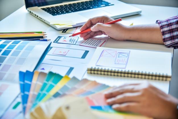 Progettista di siti web sviluppo di applicazioni di pianificazione creativa grafica creativa, creatività donna che lavora su laptop e progetta lo stile di idee colore da colorare Foto Premium