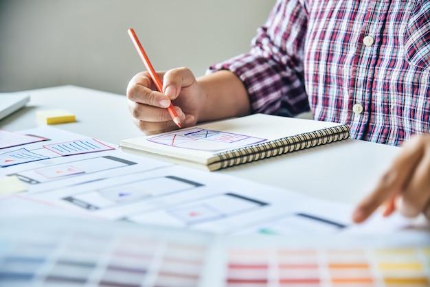 Progettista di siti web creativo di pianificazione dello sviluppo di applicazioni grafiche creative Foto Premium