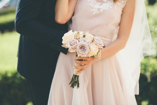 Fine delle coppie di nozze in su degli abbracci e dei baci Foto Premium