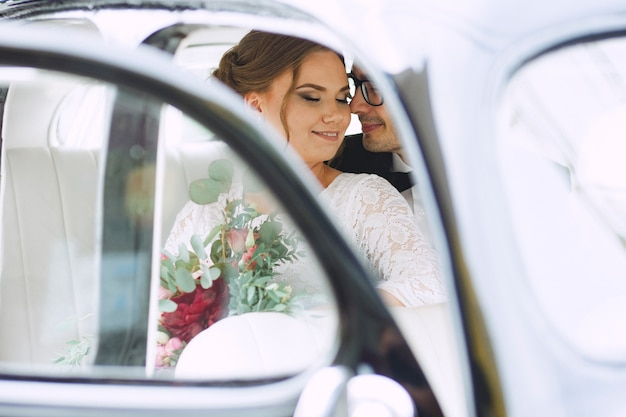 Ritratto di cerimonia nuziale di una coppia felice amorosa Foto Premium