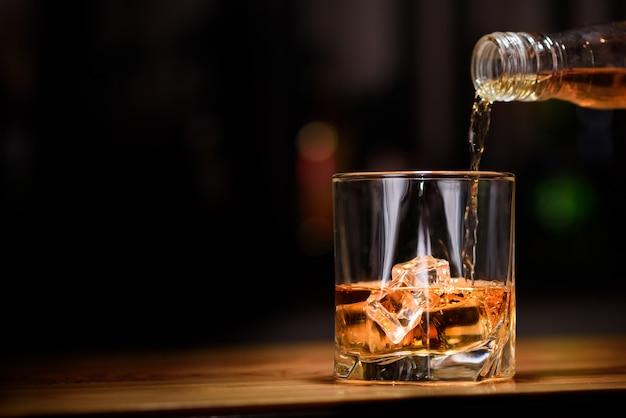 Whisky nel bicchiere Foto Premium