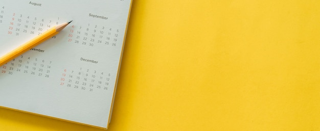 Data e mese del calendario bianco su giallo Foto Premium