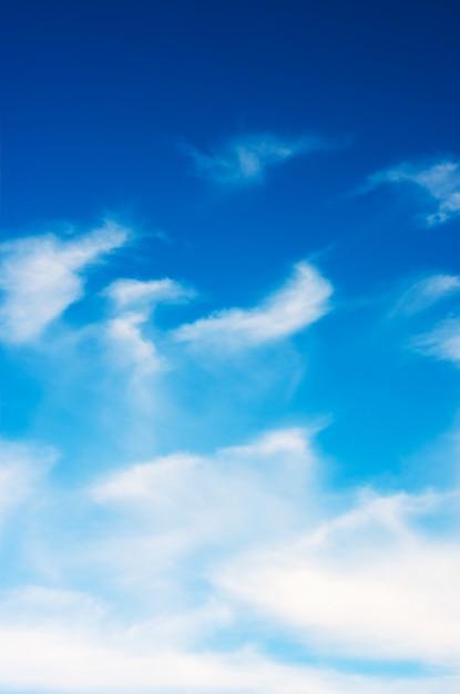 Nuvole bianche nel cielo blu Foto Premium