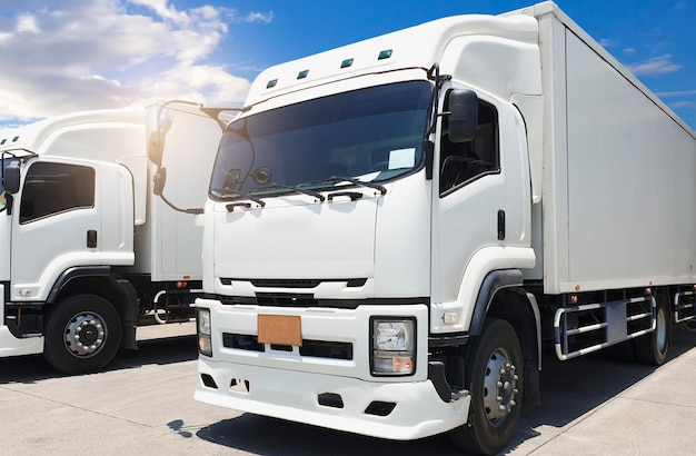 Camion contenitore bianco sul parcheggio in un cielo blu. trasporto merci. Foto Premium