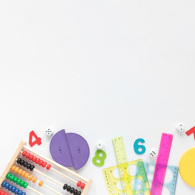 Sfondo bianco copia spazio e materiale scolastico Foto Premium