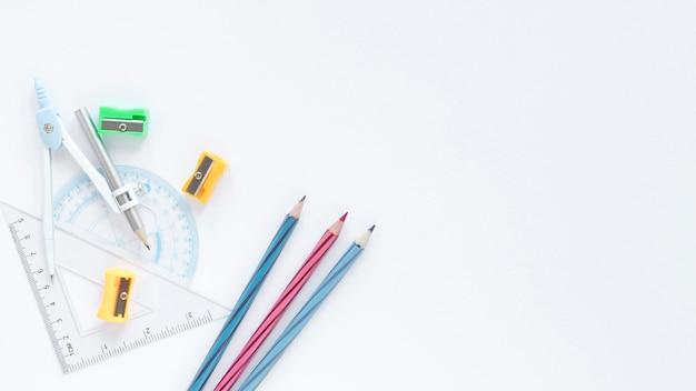 Sfondo bianco copia spazio con matite colorate e righelli Foto Premium