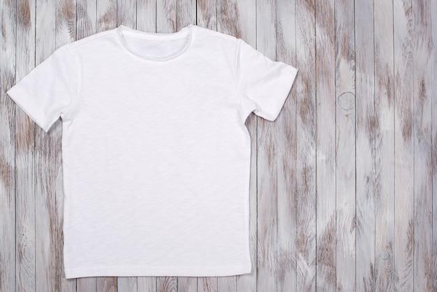 Maglietta di vernice bianca con mockup di tshirt spazio copia piatta Foto Premium