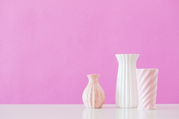 Vasi bianchi e rosa su sfondo rosa Foto Premium