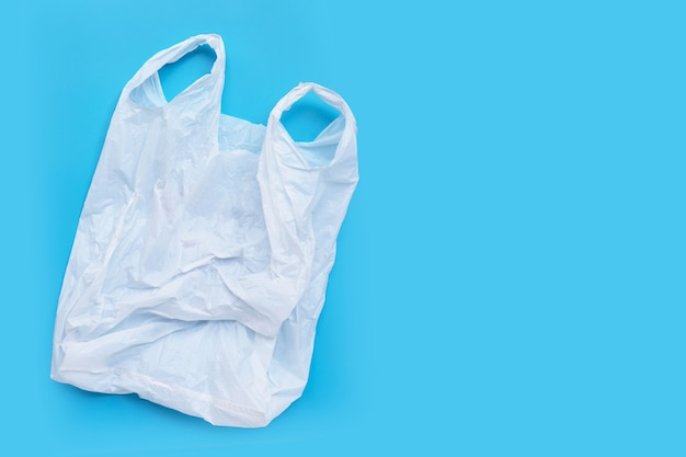 Sacchetto di plastica bianco su sfondo blu. copia spazio Foto Premium