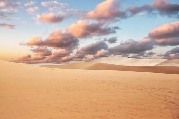 Dune di sabbia bianche contro il cielo nuvoloso Foto Premium