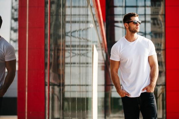 Camicia bianca che simula un uomo per il tuo logo Foto Premium