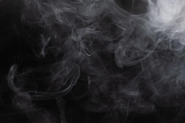 Vapore bianco su sfondo nero. Foto Premium