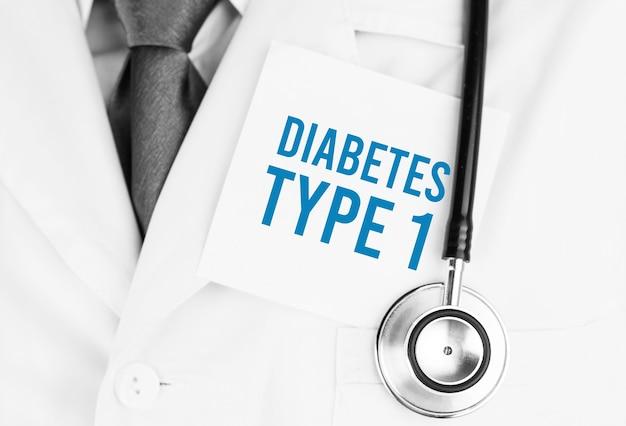 Adesivo bianco con testo diabete di tipo 1 sdraiato sulla veste medica con uno stetoscopio Foto Premium