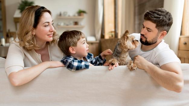 Tutta la famiglia con cane trascorrere del tempo insieme Foto Premium