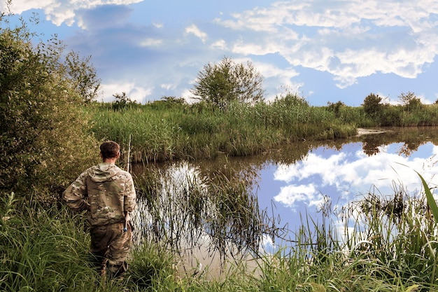 Lago selvaggio ricoperto di vegetazione sulle rive di canne e carici Foto Premium