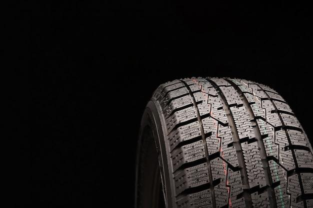 Pneumatico di attrito invernale velcro senza punte primo piano su sfondo nero. Foto Premium