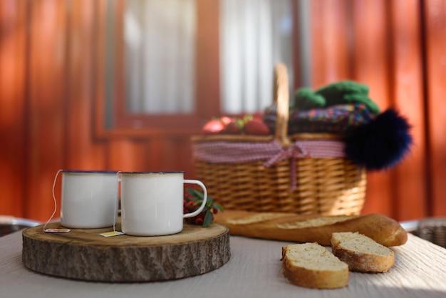 Fine settimana invernale con tazze da tè per due in bungalow Foto Premium