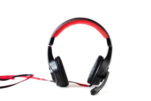 Cuffie cablate con microfono su uno sfondo bianco. Foto Premium
