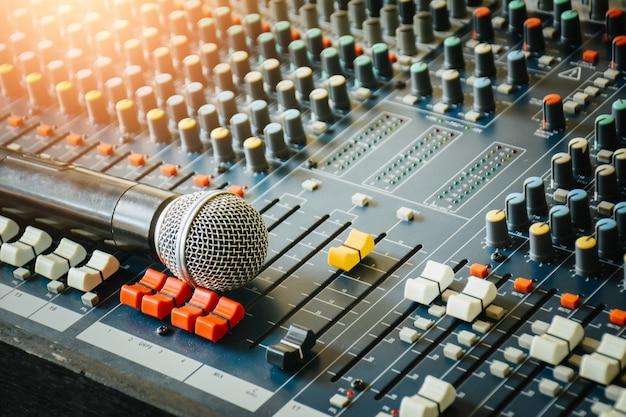 I microfoni wireless sono posizionati sul mixer audio per controllare l'uso delle pubbliche relazioni nella sala riunioni. Foto Premium