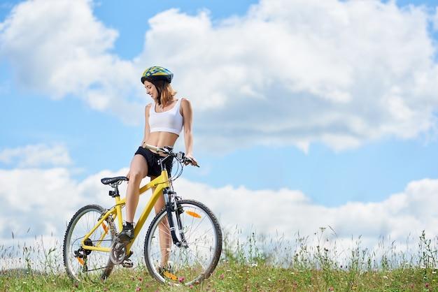 Bicicletta di ciclismo del ciclista della donna in montagna Foto Premium