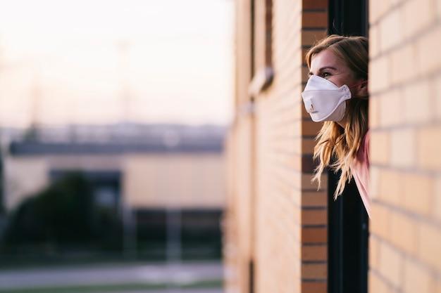 Donna che copre il viso con maschera protettiva Foto Premium