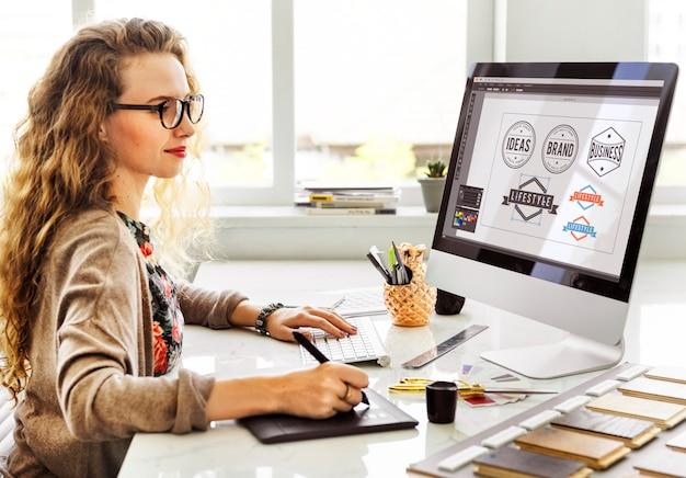 Concetto di lavoro interno dell'area di lavoro del progettista della donna Foto Premium