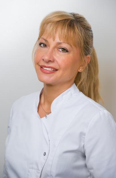 Donna dottore presso l'ospedale Foto Premium