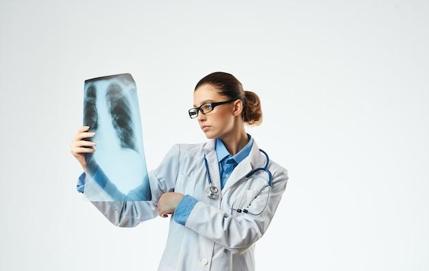 Medico della donna al lavoro con la vista ritagliata del primo piano dei raggi x. Foto Premium