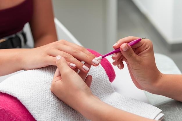 Donna che fa la manicure di un cliente Foto Premium