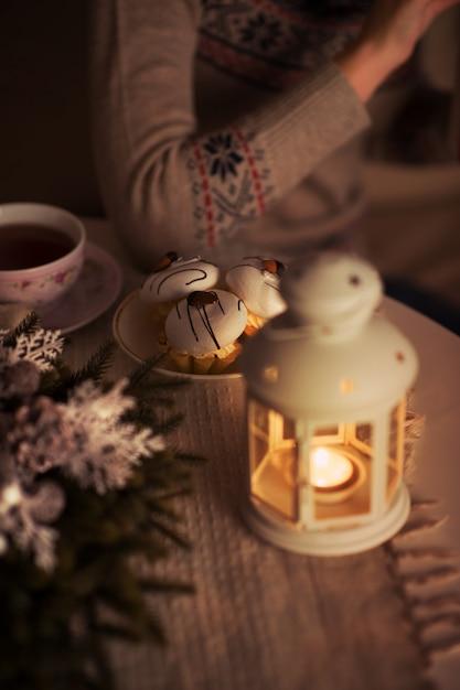 Donna che beve tè Foto Premium
