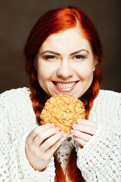 Donna che mangia una torta Foto Premium