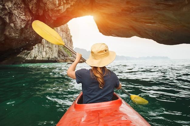 La donna esplora la baia di ha long in kayak Foto Premium