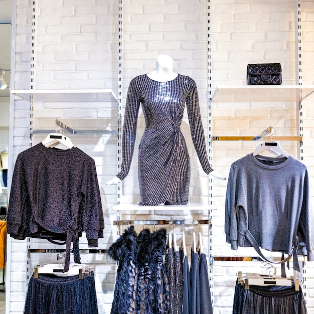 Un negozio di moda donna con manichino che mostra l'ultima tendenza Foto Premium