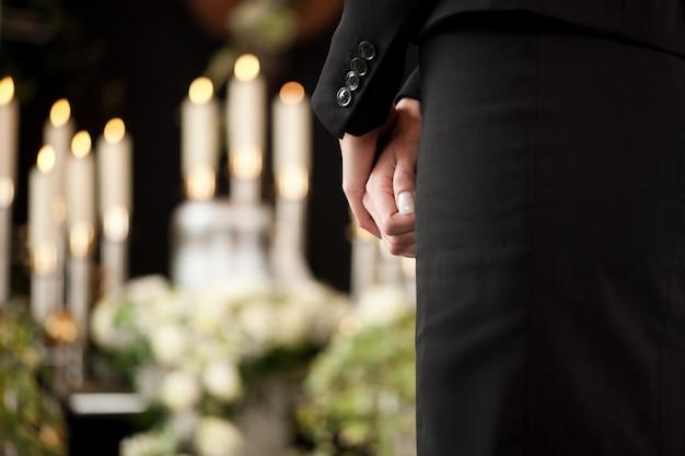 Donna al funerale Foto Premium