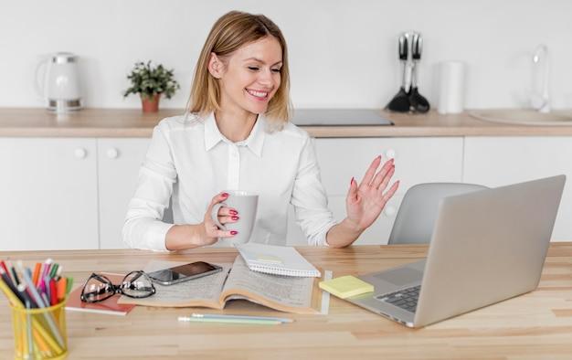 Donna che ha una conferenza a casa Foto Premium