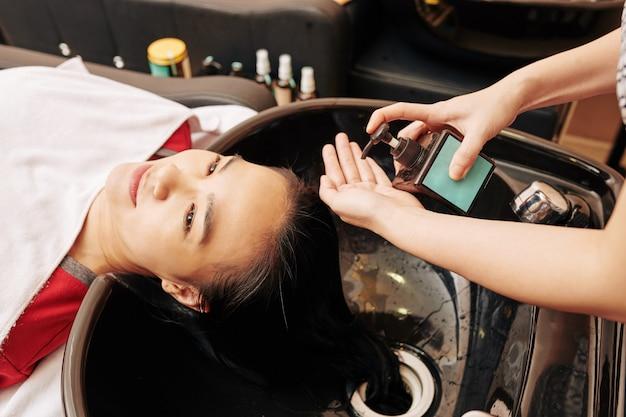 Donna che si lava i capelli Foto Premium