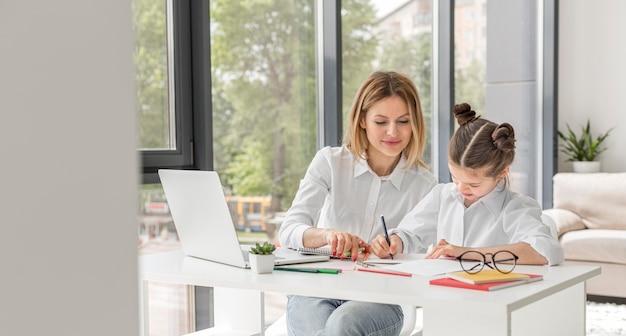 Donna che aiuta il suo studente a studiare Foto Premium