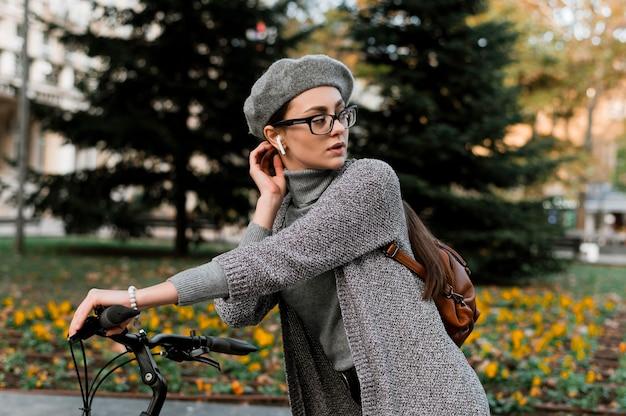 La donna e la sua bici ascoltando musica Foto Premium