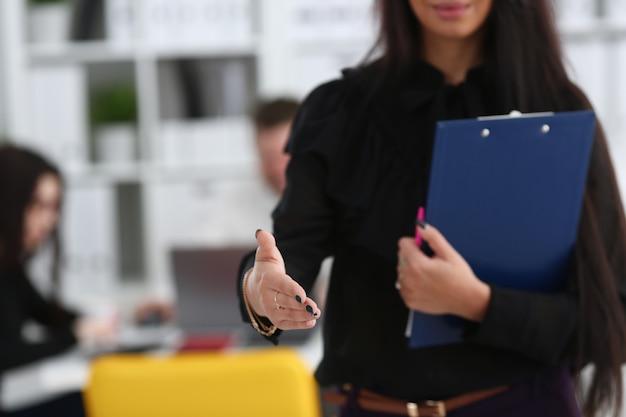 Il blocco note della stretta della donna dà il braccio come ciao Foto Premium