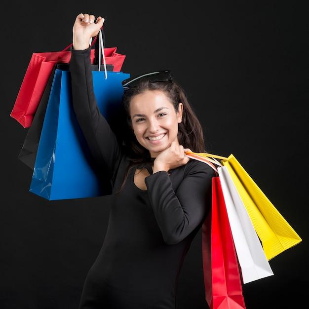 Donna che mantiene le borse della spesa venerdì nero evento di shopping Foto Premium