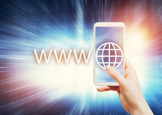 Donna che tiene smartphone con il simbolo del dominio internet Foto Premium