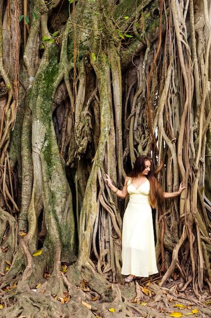 Donna vicino a un banyan Foto Premium