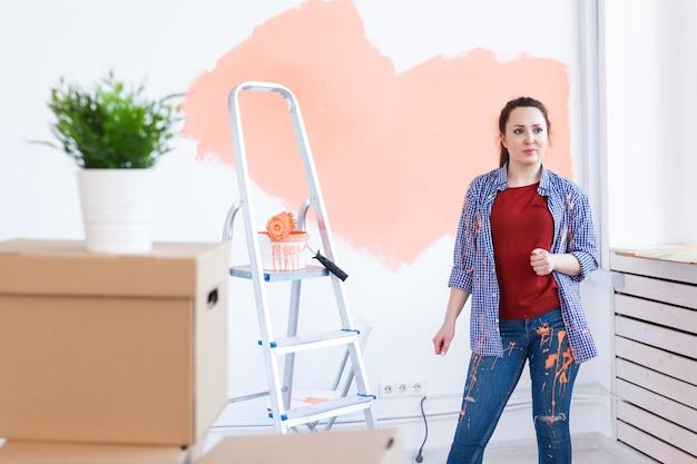 La donna dipinge il muro Foto Premium