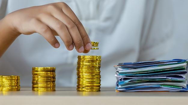 La donna paga i costi con monete d'oro Foto Premium
