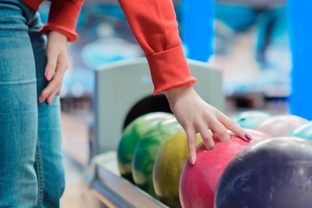 Donna che gioca a bowling presso il club sportivo. Foto Premium