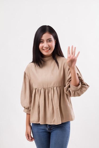 Donna rivolta verso l'alto 4 dita, gesto della mano numero due, modello donna araba asiatica Foto Premium